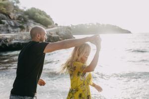 playful couple photoshooting beach mallorca 300x200 playful couple